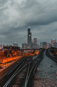 Regardless of the clouds or the sun, keep working to where ever you want to be! You can end up at the top of the world! Skyline Von Chicago, Chicago City, Chicago Illinois, Chicago Usa, Chicago Photography, City Photography, City Aesthetic, Travel Aesthetic, Her Wallpaper