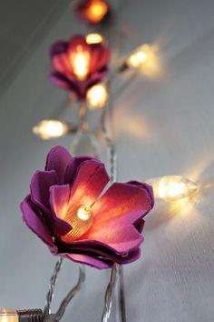 Ecológicas. Flores feitas com caixas de ovo e com as mesmas luzinhas do natal.