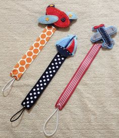 Airplane dummy clip idea - attach plane or other shape over top of clip on end that attaches to clothing and loop to go over dummy Sewing For Kids, Baby Sewing, Diy For Kids, Baby Kind, Baby Love, Baby Gifts To Make, Diy Bebe, Pacifier Holder, Pacifier Clips