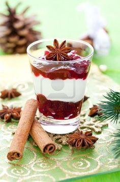 postre de Navidad en un vaso con decoración  Foto de archivo - 9980558