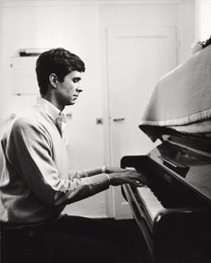 The American actor Anthony Perkins playing the piano. March 1962 Get premium, high resolution news photos at Getty Images Hollywood Music, Hollywood Actor, Golden Age Of Hollywood, Hollywood Stars, Classic Hollywood, Old Hollywood, Norman Bates, Anthony Perkins, Alfred Hitchcock