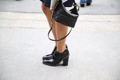 Souliers et sac Chanel http://www.vogue.fr/defiles/street-looks/diaporama/street-looks-a-la-fashion-week-de-paris-jour-8-1/15531/image/867055#!souliers-et-sac-chanel