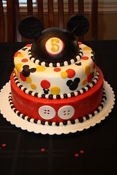 Hot Diggity Dog! It's a Mickey Mouse Cake! Directions on how to make this adorable cake.
