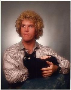1 20 Of The Most Hilarious Glamour Shots Youve Ever Seen Yes maybe so but I love this guy for loving his cat! Funny Family Portraits, Weird Family Photos, Awkward Family Photos, Bad Photos, Family Pictures, Senior Pictures, Strange Family, Crazy Photos, Amazing Photos