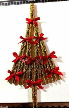 Gold glittered clothes pins and little red bows . here's a Christmas tree! Wreath Crafts, Craft Stick Crafts, Christmas Projects, Holiday Crafts, Noel Christmas, Handmade Christmas, Christmas Ornaments, Wooden Clothespin Crafts, Wooden Pegs