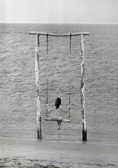Un gronxador vora el mar.