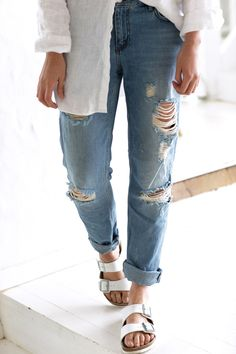 Ripped denim boyfriend jeans and white Birkenstocks Preppy Casual, Casual Summer Outfits, Mode Outfits, Jean Outfits, Basic Outfits, Carmen Hamilton, Looks Style, Style Me, Birkenstock Outfit
