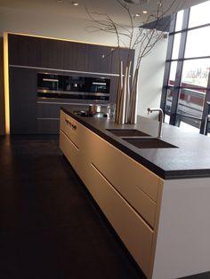 White N Black Kitchen Cabinets – White N Black Kitchen Cabinets Modern Kitchen Interiors, Modern Kitchen Cabinets, Modern Kitchen Design, Home Decor Kitchen, Home Kitchens, Casa Top, Open Plan Kitchen Dining, Loft Interior Design, Küchen Design