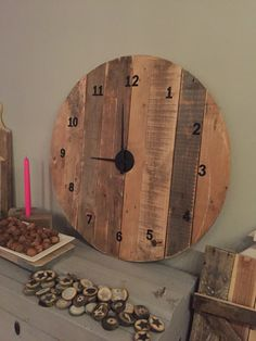 Houten klok gemaakt van pallet/sloophout Industrial Clocks, Furniture Projects, Decoration, Wood, Pallets, Concrete, Resin, Home Decor, Home Ideas
