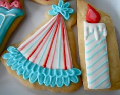 Very cute birhday party hat and candle decorated sugar cookies (Oh Sugar Events).  Galletas decoradas