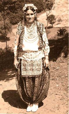 Albanian bride from Medvegja European Costumes, Folk Costume, Albania, Ethnic Fashion, Traditional Dresses, Pretty Pictures, Costume Design, Beautiful World, Old Photos