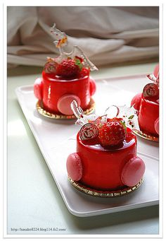 petit strawberry cake