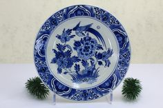 Handbemalt Small wall plate made of Delft porcelain. The plate is painted floral. via Etsy