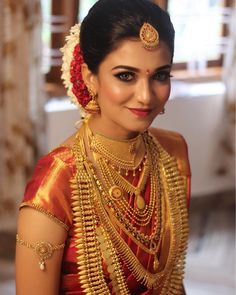 To help you choose the perfect pieces and to complete your South Indian bridal jewellery set, we've put together a list of all the jewellery that adorns a South Indian bride. South Indian Bride Saree, South Indian Bridal Jewellery, Indian Wedding Bride, Kerala Bride, Indian Bridal Makeup, Indian Bridal Fashion, Indian Wedding Jewelry, Saree Wedding, Bridal Jewelry