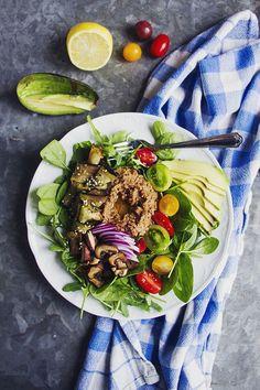 Fräsch sallad med citronstekt aubergine och linskräm med en touch av ingefära
