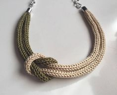 Collar militar de punto verde con nudo marinero The post Collar tricot gris con nudo marinero appeared first on Roma Moda. Sailor Knot Bracelet, Knot Necklace, Knot Bracelets, Survival Bracelets, Beige Necklaces, Spool Knitting, Knitted Necklace, Fabric Jewelry, Crochet Accessories