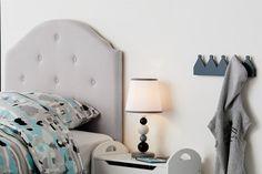 Inred barnrummet med en retroinspirerad sänggavel i grått från Kids  Concept. Gaveln är klädd i ett exklusivt och kraftigt halvlinnetyg och  skapar ett snyggt ... 68d77a3ca0532