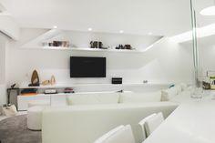 Estudio A-cero Joaquín Torres reforma vivienda Madrid. Mueble de televisión integrado .