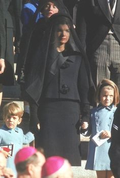 Jackie Kennedy and her children during funeral of President Kennedy : Jackie Kennedy and her children during funeral of President Kennedy John Kennedy, Jackie Kennedy Style, Les Kennedy, Carolyn Bessette Kennedy, Caroline Kennedy, Jacqueline Kennedy Onassis, John John, Jfk Funeral, Familia Kennedy