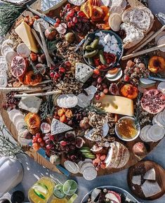 Oh. My. Goodness. My mind is blown by the Australasian grazing platter concept offered here by @grapeandfig What a perfect welcome for your guests! 😲😍 #weddingfood #weddingplanning #grazingplatters #grazingplatter #weddingday #bohowedding #bohemianwedding