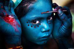 Rapariga prepara a sua pintura facial para a Grande Noite de Shiva. É um feriado festivo indiano e nepalês em homenagem ao deus Shiva em que as cores parecem criar um brilho eterno nas almas humanas.