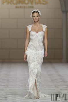 Pronovias 2015 koleksiyonu - Gelinlik - http://tr.flip-zone.com/fashion/bridal/the-bride/pronovias-4739