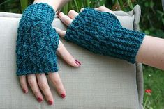 Voyager Fingerless Mitts - such pretty detail and LOVE this color #freepattern #knitting #fingerlessmitts