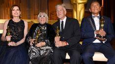 Davis, Wertmuller, Lynch y Studi, tras recibir los Oscar honoríficos. Geena Davis, Isabella Rossellini, Jon Hamm, Eddie Murphy, Ingrid Bergman, David Lynch, Helen Mirren, Christian Bale, Tom Hanks