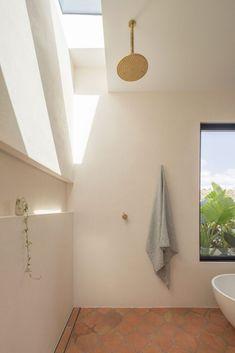 Bajo El Sol Beach House by Kelle Howard - Project Feature - The Local Project - The Local Project Bathroom Renos, Bathroom Wall, Bathroom Interior, Master Bathroom, Bathrooms, Open Showers, Interior Architecture, Interior Design, Bathroom Inspiration