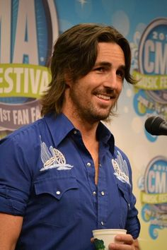 Jake Owen sure does look good in blue! Backstage at #CMAfest.