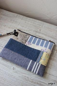 by yunyun久々に作りました♪ハギレのポーチ ^^昨日top画像にしていた散らかったハギレがこのようになりましたーこればっかりはハギレがたまってこな... Fabric Wallet, Fabric Purses, Fabric Bags, Patchwork Bags, Quilted Bag, Diy Bags Patterns, Diy Sac, Tote Bags Handmade, Art Bag
