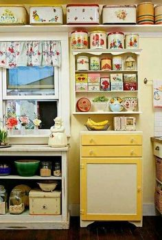 Displaying a vintage kitchen collection in a simple, but attractive, way. Displaying a vintage kitchen collection in a simple, but attractive, way. Funky Home Decor, Vintage Kitchen Decor, Diy Home Decor, 1950s Home Decor, Vintage Kitchen Curtains, Colorful Kitchen Decor, Shabby Chic Kitchen Decor, Bathroom Vintage, Modern Bathroom