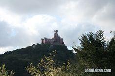 Fotografia do Palácio da Pena em Sintra visto de longe