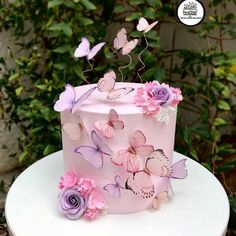 🦋😘 Vamos de borboletas para iniciar o dia bem ? 🍰 Quer aprender a decorar bolos como uma… Butterfly Birthday Cakes, Butterfly Birthday Party, Butterfly Baby Shower, Butterfly Cakes, Cakes With Butterflies, Beautiful Birthday Cakes, Beautiful Cakes, Pretty Cakes, Cute Cakes
