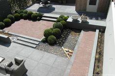 Tim kok hoveniersbedrijf- niveauverschil-tuin-moderne-tuin-ondiepe-vijver-buxuswolken-wintegroen-besloten-terras-sfeervol-terras-zictlijnen-in-de-tuin-tuinverlichting-onderwaterspots-sierbeton-schellevis-klinkeTuin in aanleg Rhoon, afronding najaar 2014
