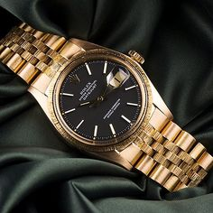 ⌚Robust Red Gold⌚  Rolex Datejust ref. 1607 in 18k red gold. A rare watch featuring a flawless matte black dial. To finish off, bark finish in the bezel and centre links.  truly a exquisite timepiece, perfect for any collection!  just added to our site!