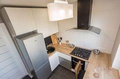 Дизайн белой кухни 6 кв. м со столешницей-подоконником