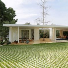 A small house designed for outdoor living in the Hollywood Hills Modern Landscape Design, Modern Landscaping, Modern Design, Mid Century House, Mid Century Style, Hollywood Hills Homes, Contemporary Style Homes, Small House Design, Inspired Homes