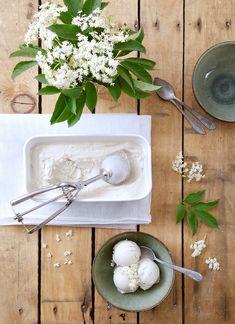 Glace végétale aux fleurs de sureau: 80cl lait de coco, 3c.à.s maïzena, 10cl de sirop d'agave, 10 ombelles. Lait coco frémissant, infusion des ombelles hors feu 1h. Filtrer. Ajouter maïzena et sirop, en remuant et laisser épaissir à feu doux. Puis 4h au frigo. 40 min en sorbetière puis plusieurs heures au congelo.