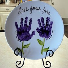 Gift idea using kid hand prints on a place. This links to the original blog post. Great for granma!!