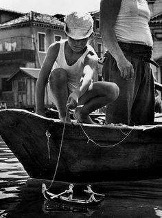 Venice, 1950 // by David Chim Seymour - © Magnum Photos Magnum Photos, Black White Photos, Black And White Photography, Vintage Photographs, Vintage Photos, Seymour, Vintage Italy, Henri Cartier Bresson, Traditional Art