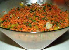 Malzemeler  4-5 çay bardağı ince bulgur Sıcak su Sıvı yağ 1 adet kuru soğan 2 adet domates 1 adet salatalık Kıvırcık Maydanoz Taze soğan 1 yemek kaşığı domates salçası 1 yemek kaşığı biber salçası Tuz Karabiber Pul biber