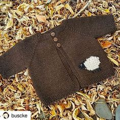 bébé chocolat by Maree Buscke This is a free promotional pattern for Skeinz which I have written up in a single size only after I completed my project. Baby Sweater Patterns, Knit Baby Sweaters, Knitted Baby Clothes, Baby Patterns, Knit Patterns, Knitting Sweaters, Baby Knits, Brei Baby, Crochet Baby
