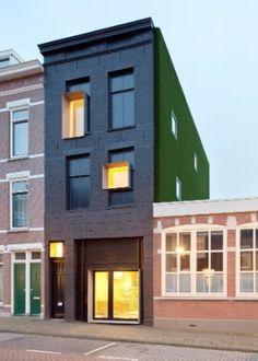 Sem perder rusticidade, casa em bairro degradado de Roterdã ganha ...