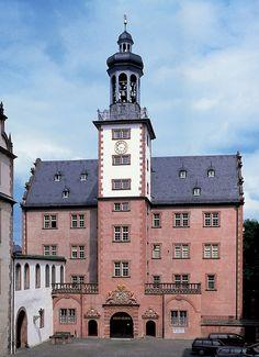 Aussenansicht des Schlossmuseums mit Prunkvollem Eingang und dem Turm darüber