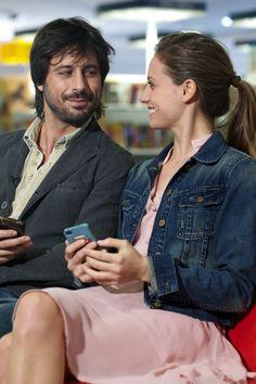 Imagen del nuevo anuncio de Line para Televisión, con Hugo Silva y Michelle Jenner