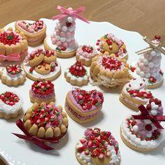ミニチュアクッキー 昨日はお教室開講日! いちごのスイーツレッスンでした いちごたっぷりのすご〜く美味しそうなケーキを皆様作ってくださいました #icingcookies #sugarcookies #miniature #strawberry #アイシングクッキー #アイシングクッキー教室 #アイシングクッキーレッスン #いちご #ミニチュア