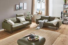 Lassen Sie sich nach einem aufregenden Tag in die weiche Sitzpolsterung des Sofas Danzig sinken und geniessen Sie das angenehme Sitzgefühl des Polstermöbels. Mit dem weichen Bezug aus Leder oder Stoff fühlt sich die Couch wunderbar weich an und lädt zu herrlichen Kuschelmomenten ein. Dafür sorgen auch die Kammerkissen mit Schaumstoffstäbchen, die den Sitzkomfort zusätzlich erhöhen. Danzig, Couch, Sofas, Design, Furniture, Home Decor, Armchairs, Cuddling, Couches