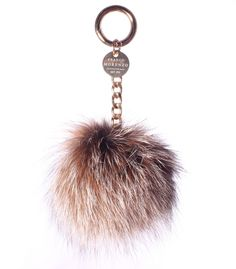 Brelok wykonany z futra lisa o średnicy ok.11 cm. Z metalowym karabińczykiem. Doskonały dodatek do kluczy lub do torebek. Brelok dostępny w wielu kolorach, zapytaj o swój ulubiony: biuro@francomorenzo.com