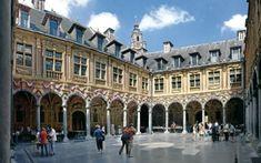 Lille, de Oude Beurs, gebouwd in 1652. Het rechthoekig gebouw bevat 24 huizen verdeeld over de 4 zijden met in het midden telkens een monumentale poort. Dit pareltje van Vlaamse barok bleef in gebruik tot 1920. De restauratie die duurde van 1989 tot 1997 was een van de grootste ooit in Frankrijk gerealiseerd. Prachtig zijn de gebeeldhouwde bloemen en vruchtenslingers, maskers, kariatiden (vrouwen- en mannenbeelden gebruikt als pijler), Dorische en ionische zuilen. Special Pictures, Mansions, House Styles, Building, Travel, Viajes, Manor Houses, Villas, Buildings